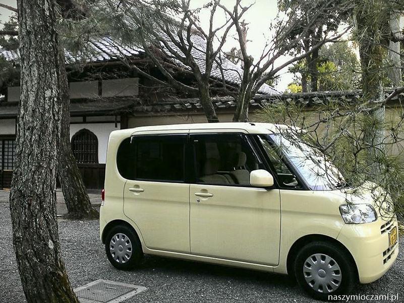 Typowy japoński samochód, a w zasadzie samochodzik, wygląda jakby go właśnie wyciągnięto z kreskówki.