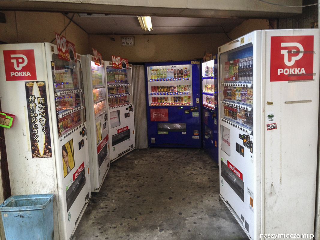 Kącik pełen automatów z napojami w dzielnicy Shinagawa w Tokio