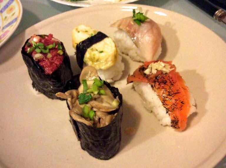 Sushi w wersji polskiej. W lewym górnym rogu tatar wołowy zawinięty w nori.